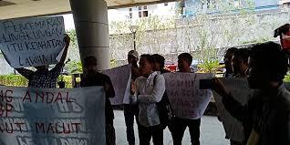Aksi demo Front Malut di Ternate