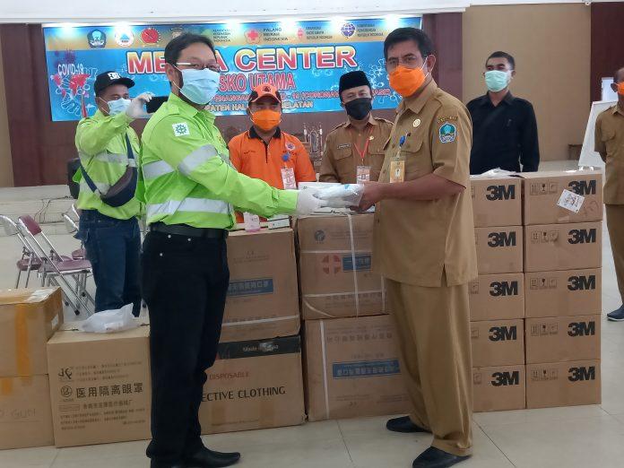 Harita Nickel kembali memberikan dukungan kepada Pemerintah Daerah Maluku Utara dalam mencegah dan melawan penyebaran Covid-19. Kali ini, HARITA menyerahkan ribuan alat pelindung diri (APD)